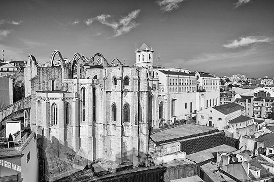 Une image noir et blanc depuis les ruines du couvent Carmo