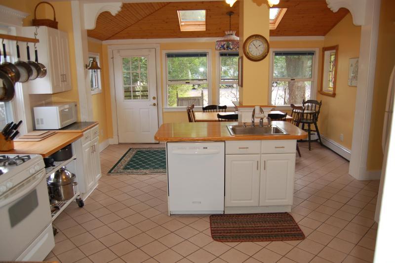 comer en la cocina y limpieza de área, nevera es de imagen de la derecha