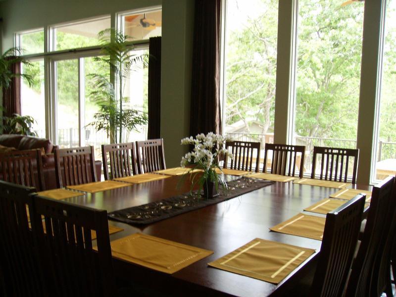 Mesa de comedor ideal para grupos grandes...14 asientos.