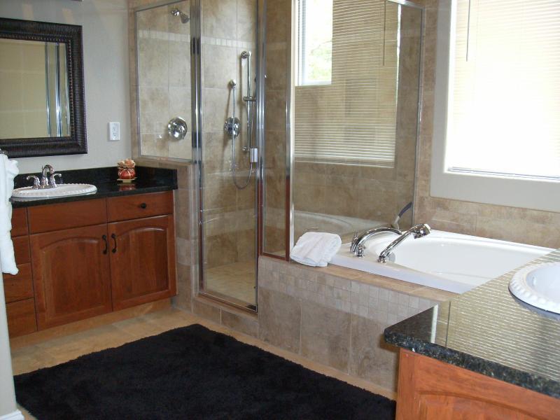 Encargo de la ducha enorme & gran bañera de hidromasaje, travertino en todo!  Su & ella se hunde con encimeras de granito