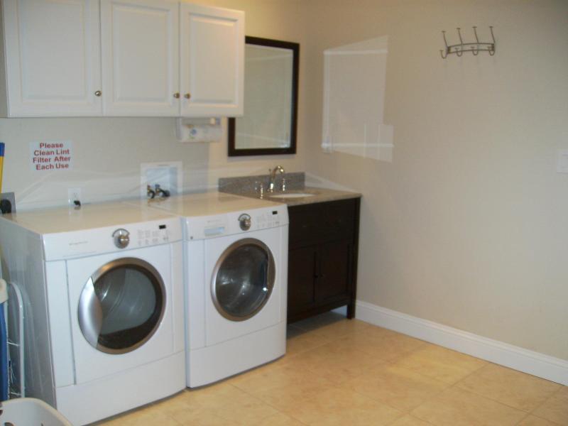 1 de 2 salas de lavandería en Bella + otro en casa. Ideal para grupos grandes en estancias de largas duración & con niños
