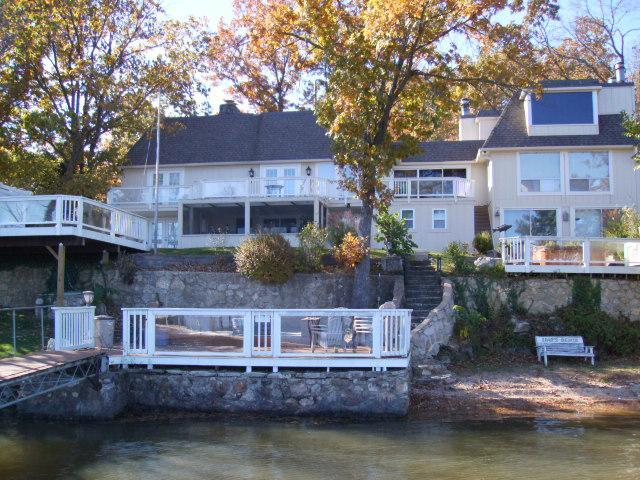 GREAT FAMILY HOLIDAY SPOT ON THE LAKE ~ 7 BEDROOM SUITES + HOT TUB + GAME ROOM, holiday rental in Linn Creek
