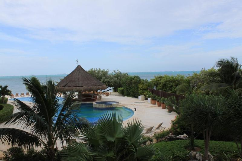 Amazing Casa Bendicion Condo on Beach w/ Huge Pool – semesterbostad i Isla Mujeres