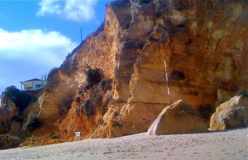 Tittar upp från stranden. Vi är det vita huset på klippan!