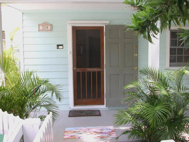 Welcome to the Seashell Cottage, quiet lane, one block to Duval Street, free onsite parking