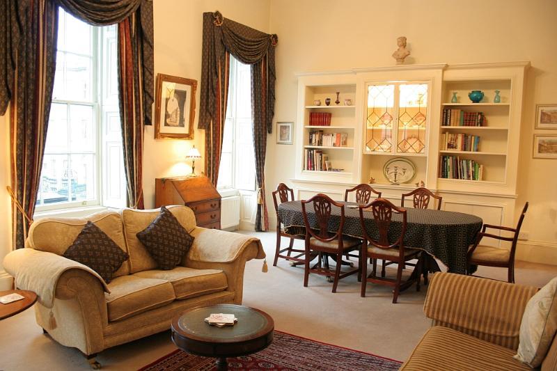 Elegant & spacious drawing room