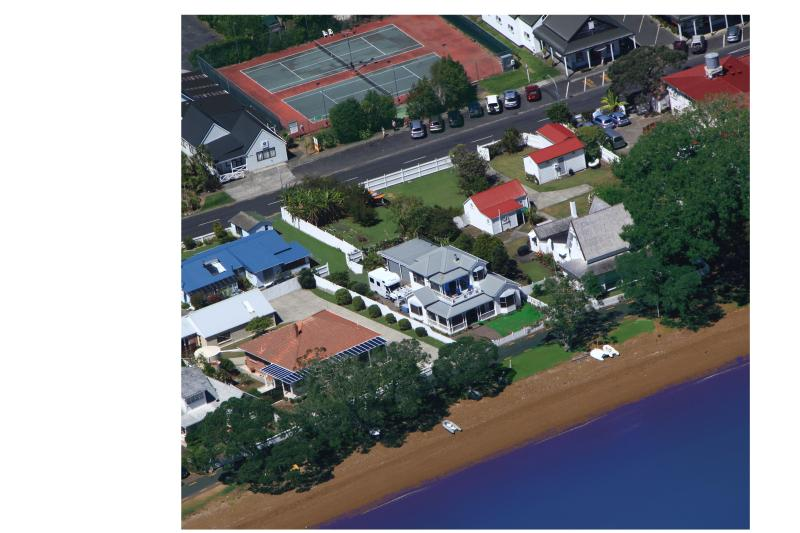 A private retreat next to the historic old Customs House.  The tennis court behind may be hired.