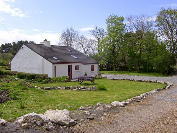 ROSMUC COTTAGE, pet friendly, character holiday cottage, with a garden in, vacation rental in Costelloe