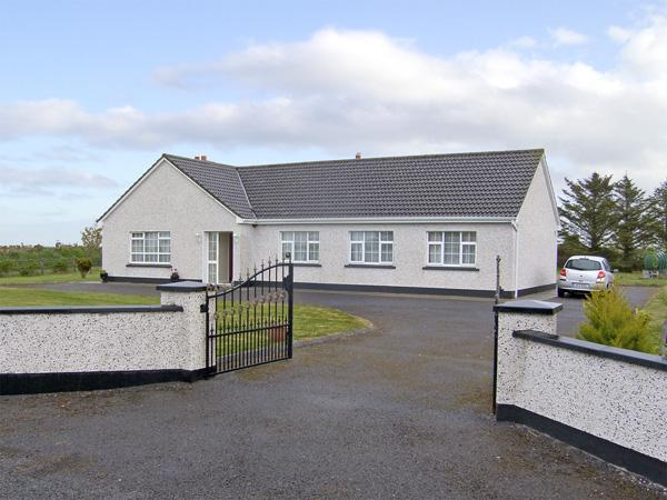 DROMORE WEST COTTAGE, family friendly, with a garden in Dromore West, County, holiday rental in Rosses Point