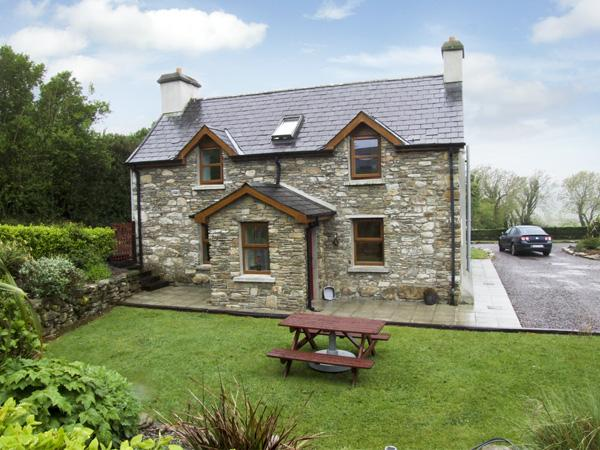 AN GRIANAN, pet friendly, country holiday cottage, with a garden in Clonakilty, vacation rental in Glandore