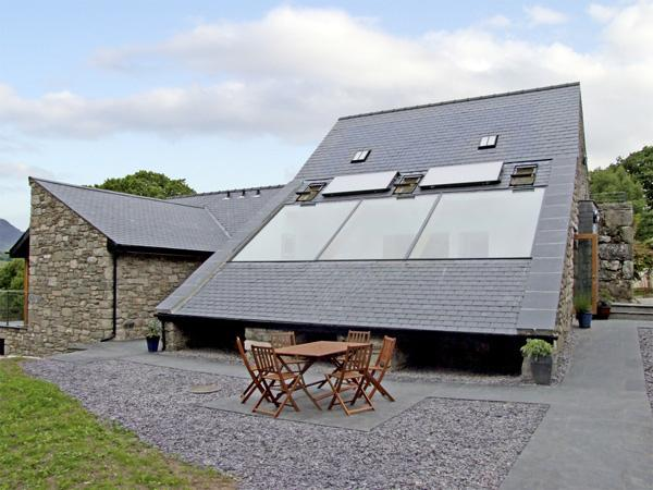 Y STABAL, family friendly, luxury holiday cottage, with a garden in, casa vacanza a Ganllwyd