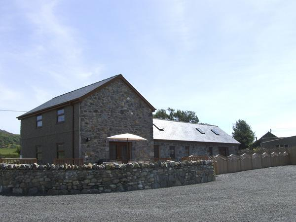 CEFN-YR-EFAIL, pet friendly, character holiday cottage, with a garden in, holiday rental in Dolbenmaen