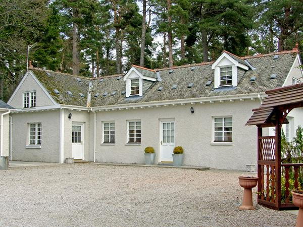 DUNSTAFFNAGE COTTAGE, family friendly, country holiday cottage, with a garden, vacation rental in Grantown-on-Spey