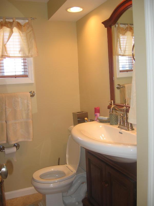 Badkamer tegelvloer, ijdelheid, linnenkast & wasmachine/droger
