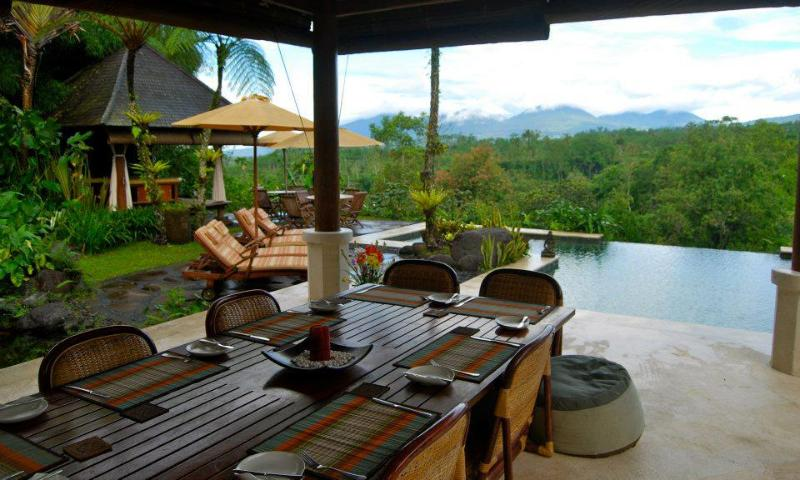 Casual Dining overlooking the Pool