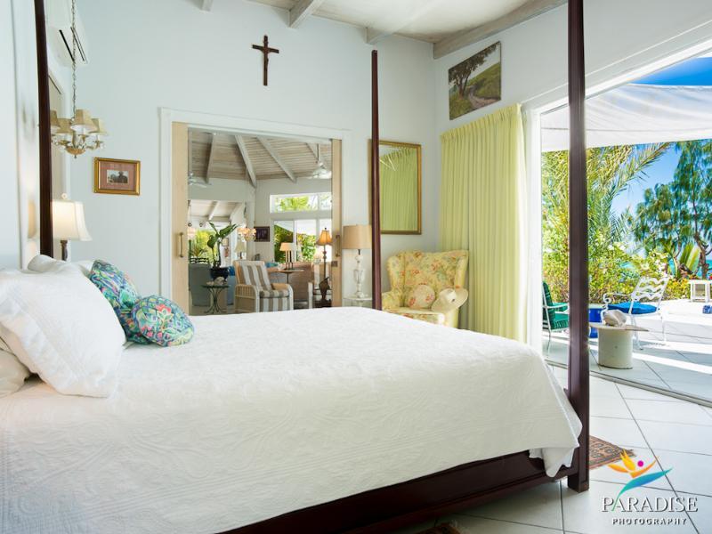 El dormitorio principal camina hacia fuera en la piscina