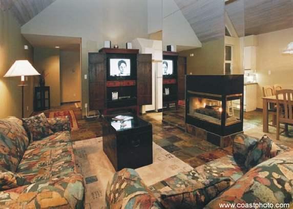 Il soggiorno ha un TV HD e componenti di intrattenimento in un armadietto di antico cinese.