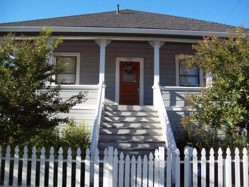 The Corner Cottage Luxury  with private Vineyard in downtown Napa!, alquiler de vacaciones en Napa
