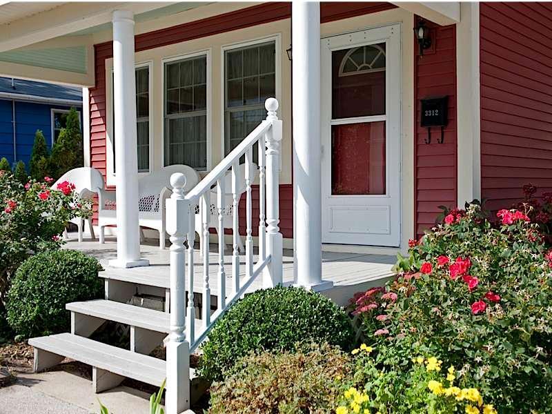 Redbird Cottage close up van portiek om te chatten
