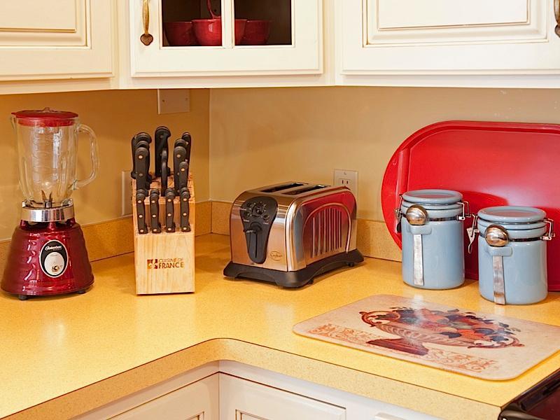 Messenset, blender, broodrooster - koffie-/ theevoorzieningen aan andere kant van de wastafel
