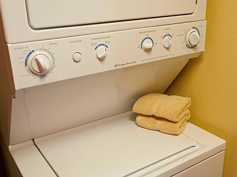 Gestapelde wasmachine en droger door achterdeur