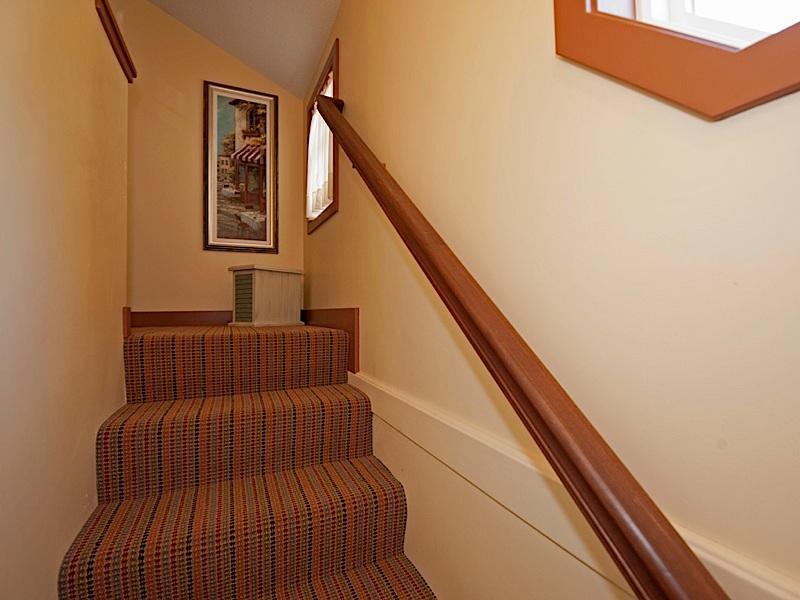 Trap uit woonkamer klimt naar complete badkamer en twee slaapkamers