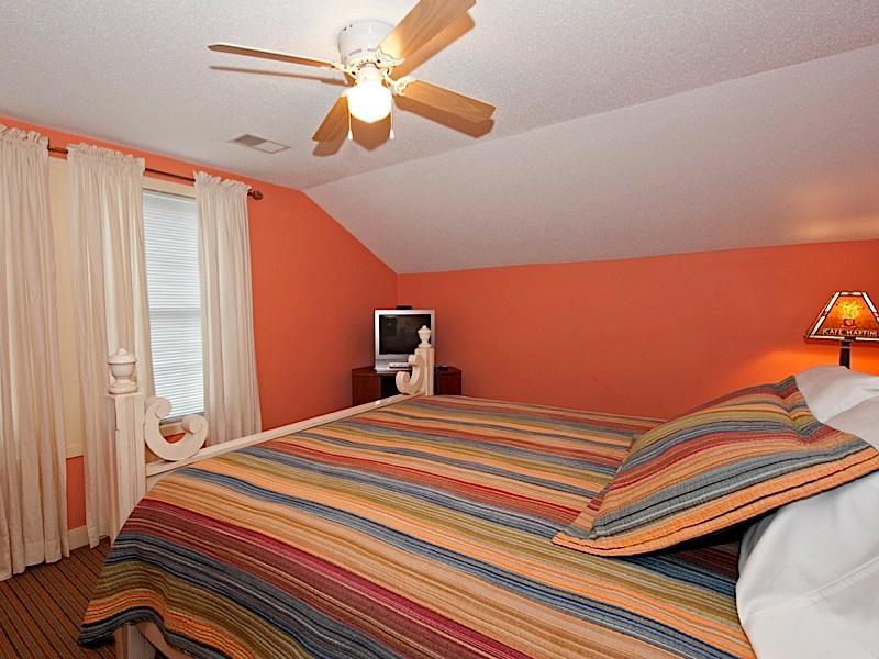 Invoeren van Main slaapkamer, Calif. King bed, TV, DVD op stand