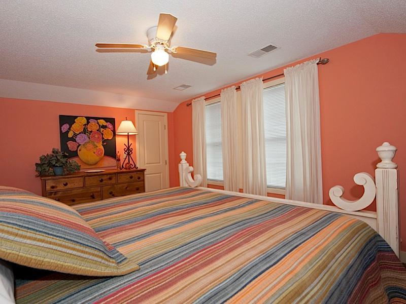 Grote slaapkamer met dressoir kast deur, ramen met rolluiken en gordijnen