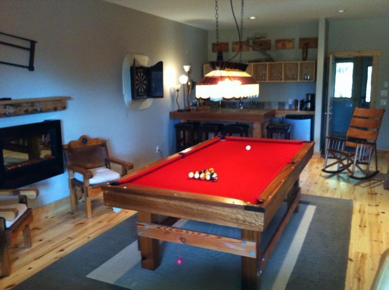Sala de juegos tiene bar, piano, mesa de billar, dardos, Xbox etc.