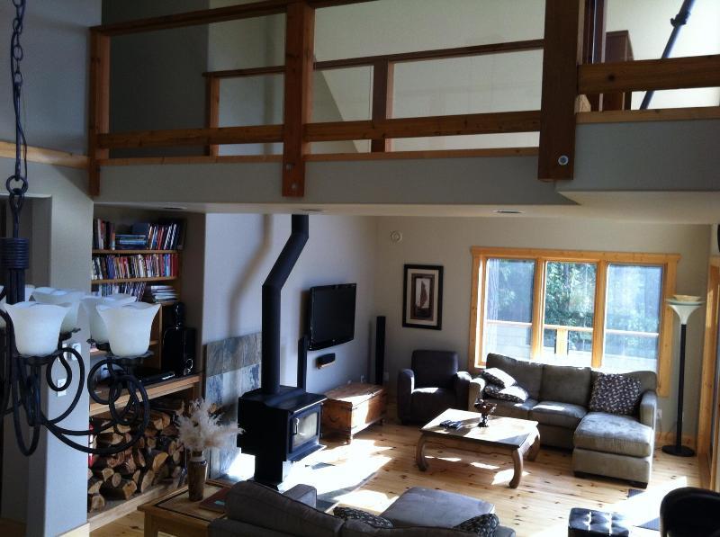 Abierta sala de estar comedor con puente a cubierta superior