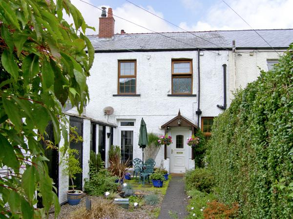 RAILWAY COTTAGE, family friendly, with a garden in Fairbourne, Ref 4268, vacation rental in Fairbourne