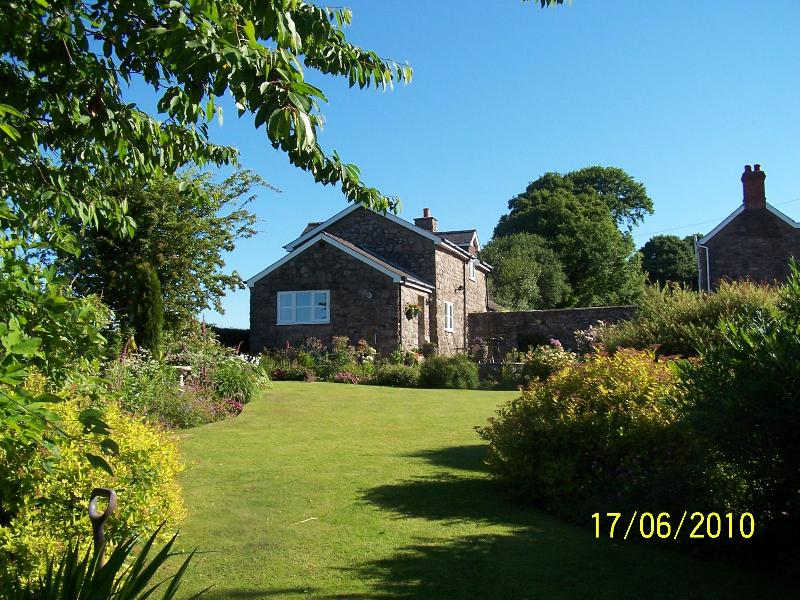 Pet friendly Clares  Holiday Cottage with stunning views & green credentials – semesterbostad i Chepstow