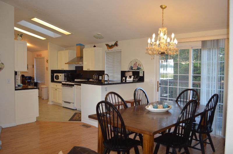 Öppen planlösning med kök, matsal och vardagsrum.
