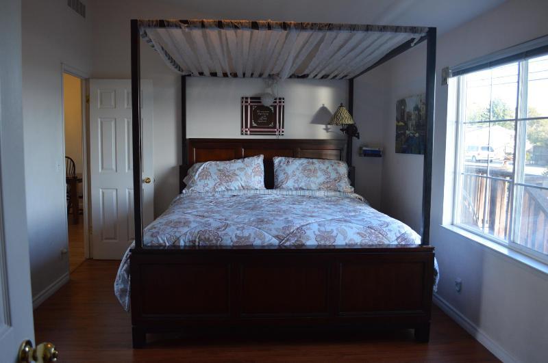 Vackert tak king size-säng i Master sovrum med utsikt över bukten