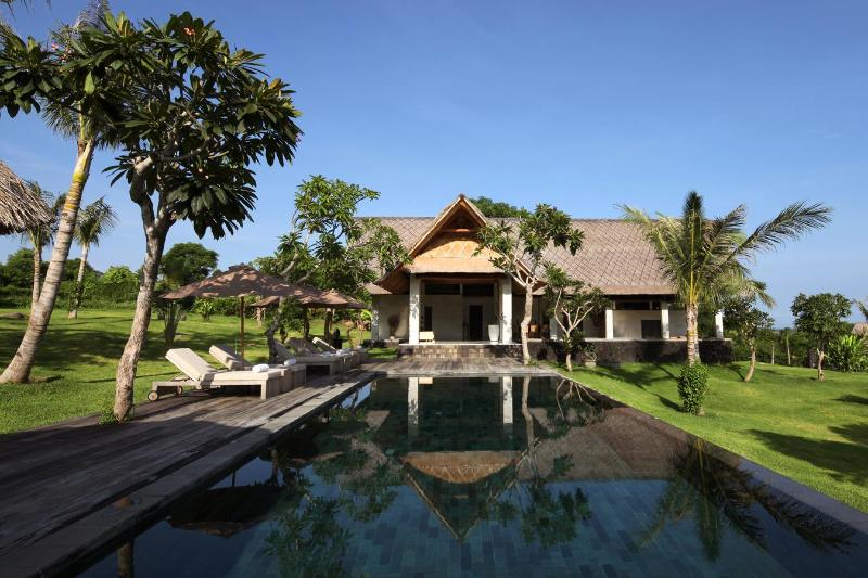 Luxury oceanview villas with large gardens, location de vacances à Gerokgak