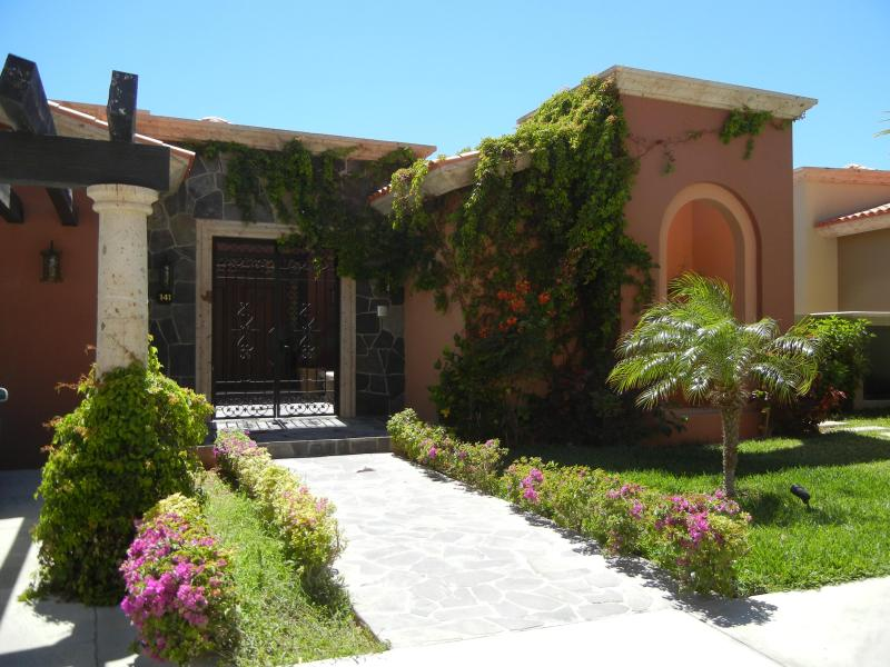 Puerta de entrada de la villa