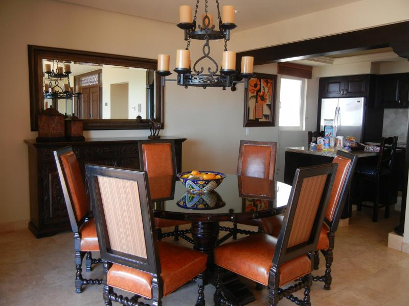 Salle à manger avec vue sur la cuisine