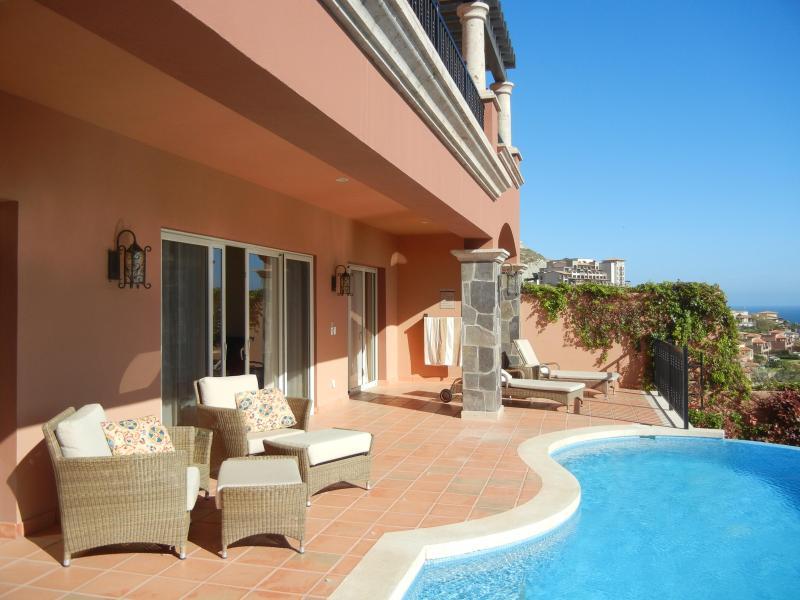 Niveau inférieur... terrasse avec piscine à débordement