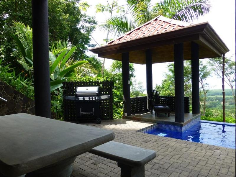 Outdoor dining on the pool level