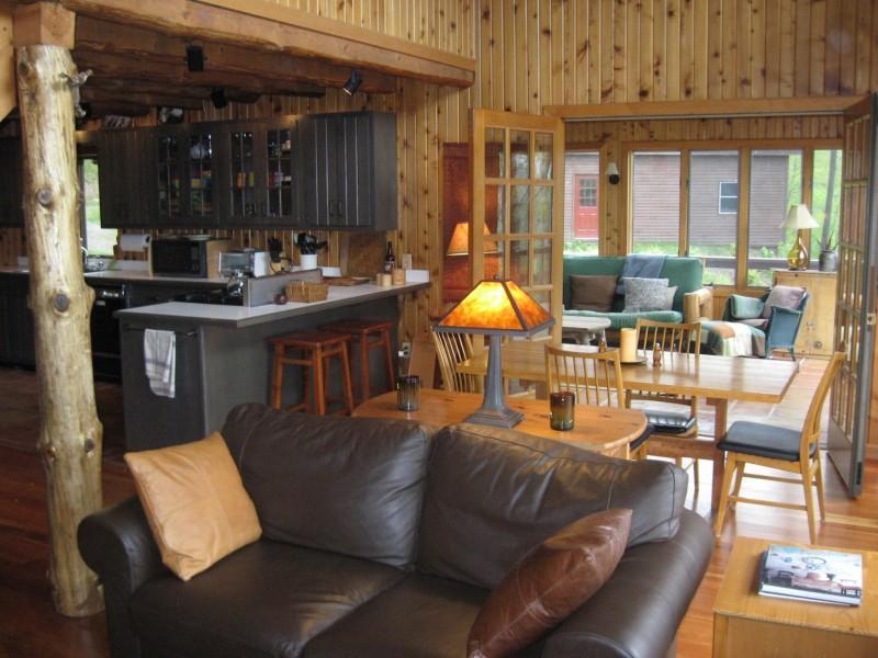 Grande chambre, avec vue par porche du soleil. Peine visible : garage pour deux voitures avec salle de ping pong ci-dessus