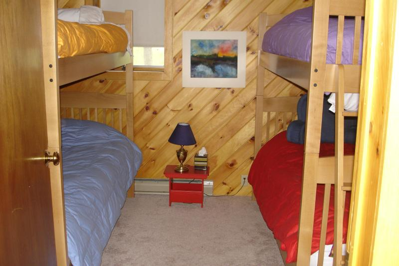 Chambre avec lits superposés avec des lits jumeaux extra longs