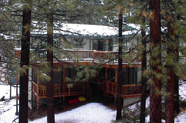 Vista exterior no inverno, mostrando decks traseiros