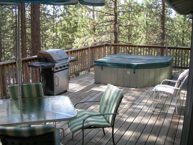 convés superior de 500 pés quadrados com banheira de hidromassagem, churrasqueira e mobília do pátio