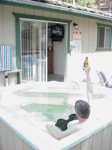 Técnica adequada para desfrutar de bebidas não-alcoólicas enquanto ver esportes na TV no quarto principal