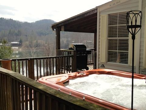 Driftwood Cottage offers a large hot tub & grill with lots of decking over looking Watauga lake WIFI
