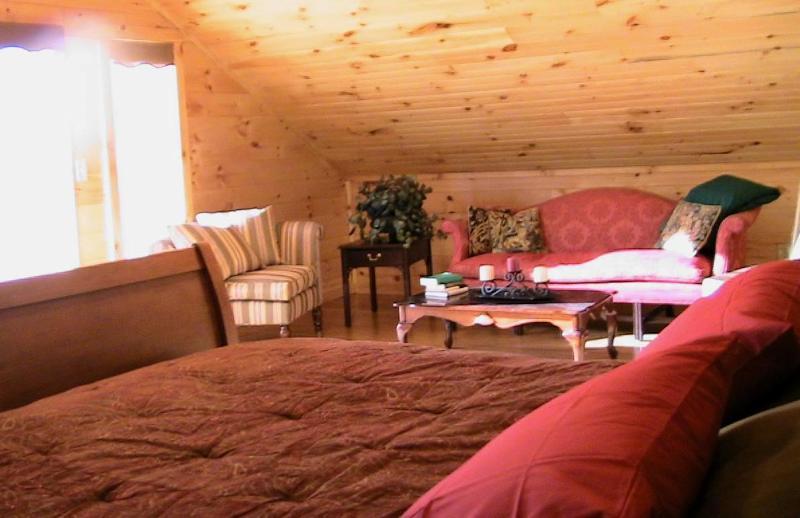 Wie krijgt de master bedroom hits 'jackpot', het aansluiten van complete badkamer, een balkon en een zithoek.