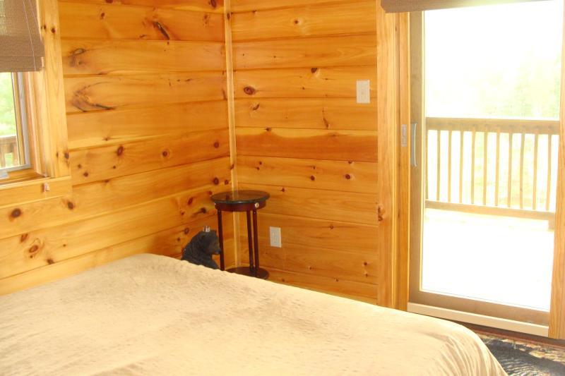 2 slaapkamers bieden beneden queen bedden, hebben glazen deuren die open en een complete badkamer aan de overkant van de zaal.