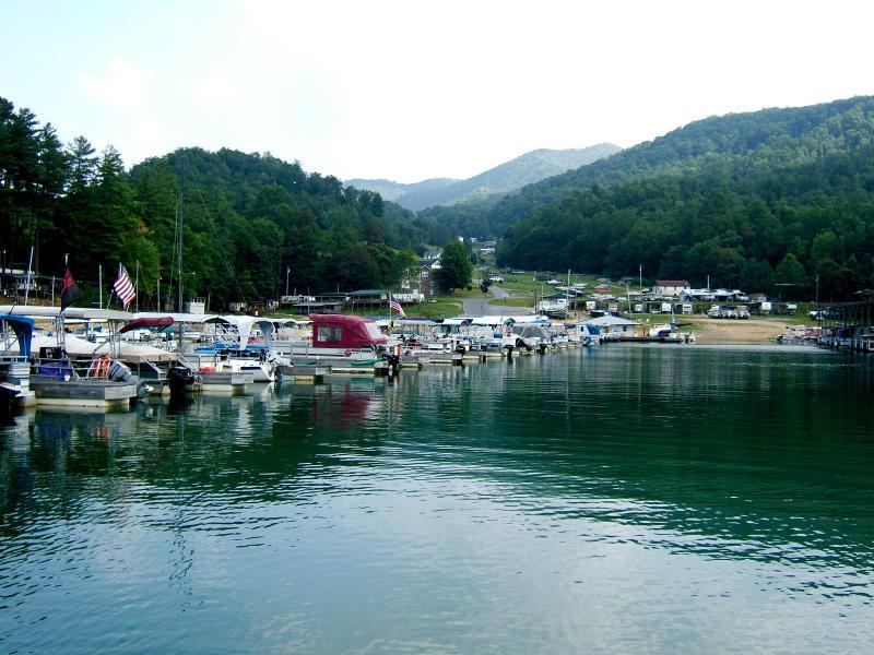 Huur boten thru plaatselijke jachthaven's. Het is gemakkelijk en goedkoop.