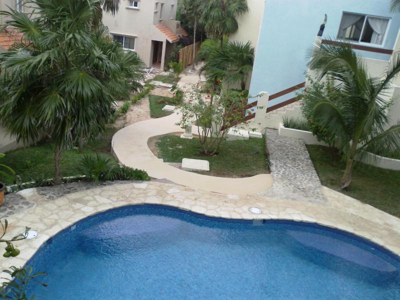 Die Pool Terrasse und Gehwege lädt herzlich zu der Wohnung von unseren Parkplatz.