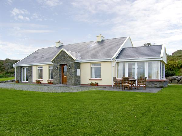 LOUGH CURRANE COTTAGE, pet friendly, country holiday cottage, with a garden in, Ferienwohnung in Ballinskelligs